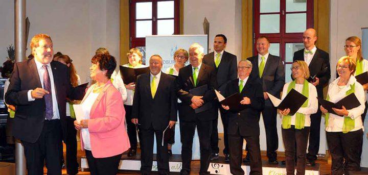 Freundschaftsgesellschaft-Vereinsvorsitzende-vor-Chor