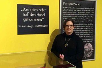 Ausstellung-Redewendungen-des-Mittelalters-Direktorin-Adina-Roesch-Foto-Bjoern-Chilian