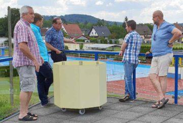 Ronald-Hande-zu-Besuch-im-Schwimmbad