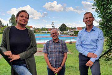 Die-Fraktionsvorsitzenden-Ines-Schwamm-Eberhard-Wiener-und-Thomas-Schmalz-am-Freibad