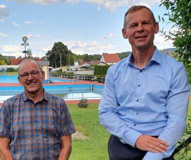 Die-Fraktionsvorsitzenden-Eberhard-Wiener-und-Thomas-Schmalz-am-Freibad
