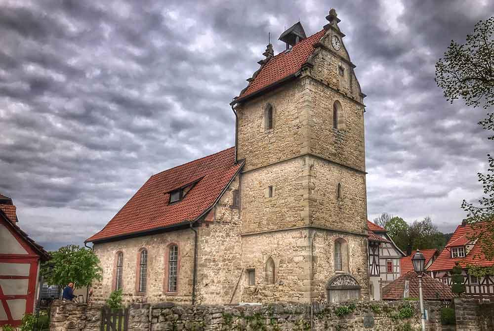 Der Turm der Henfstädter Kirche wird instandgesetzt