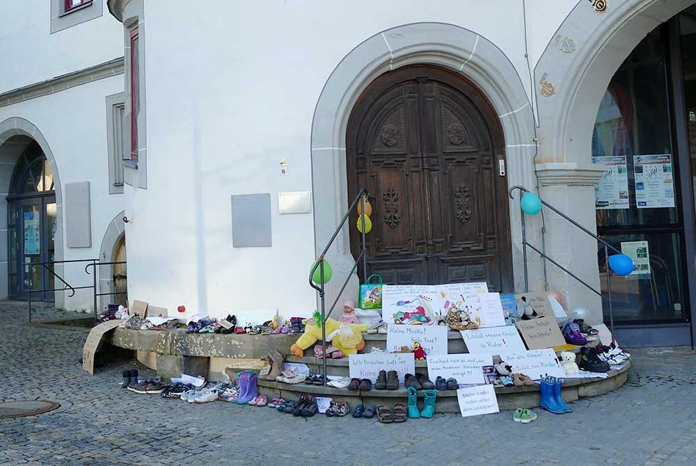 Aktion gegen Corona-Maßnahmen in Hildburghausen: Stadtverwaltung erntet Shitstorm nach Räumung der Rathaustreppe